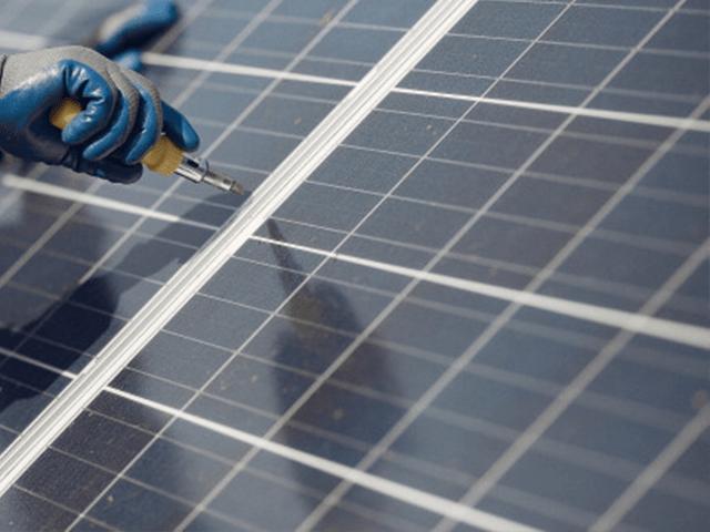 các vết bẩn sẽ tạo ra bóng che cho các tâm pin năng lượng mặt trời